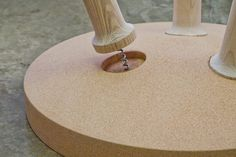 Mesa de cortiça com pernas tipo saca rolha