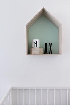 House-shaped shelf - simple and cute Gold Nursery, White Nursery, Baby Decor, Kids Decor, Nursery Design, Nursery Decor, Monochrome Nursery, Scandinavian Nursery, Nursery Inspiration