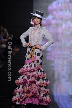 Margarita Freire Simof Love the blouse Flamenco Wedding, Spanish Dress, Spanish Dance, Flamenco Costume, Flamingo Dress, Spanish Fashion, Mexican Dresses, Feminine Dress, Dance Dresses