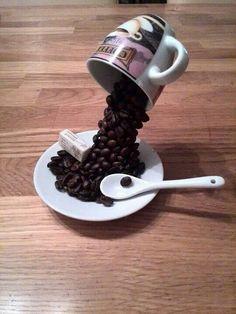 Vork buigen De vork op schotel plakken (lijmpistool) en het einde in het kopje. Met koffiebonen beplakken