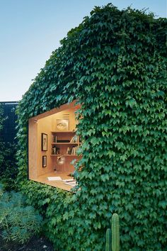 Tiny shed designed for a writer by Matt Gibson Architecture + Design, located in Melbourne, Australia. Photography by Shannon McGrath Visit Matt Gibson Architecture + Design Melbourne Garden, Architecture Design, Design Architect, Australian Architecture, Green Architecture, Sustainable Architecture, Contemporary Architecture, Boston Ivy, Casas Containers
