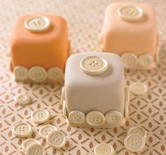 Helmenvärisellä napilla koristellut leivokset