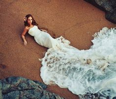 wow photography. bride and wave.