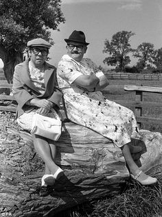 Televisions The Two Ronnies, Ronnie Corbett (left) and Ronnie Baker, in semi drag disguise when filming on location at Berkeley Castle in Gloucestershire for their new series The Worm that turned. Ronnie Corbett, The Two Ronnies, Ronnie Barker, British Comedy, Comedy Tv, Television Program, Classic Tv, New Series, Vintage Photographs