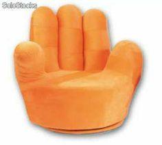 Sillón a forma de mano. Ideal para un salón. Este es de color naranja y me parece muy bonito.