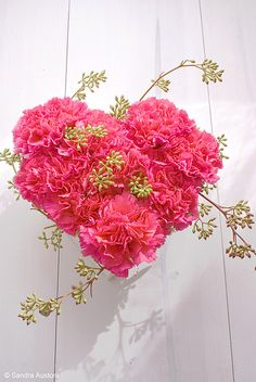A very simple, but effective, floral bouquet, made with rose-pink carnations, that would be nice for Saint Valentine's Day Deco Floral, Arte Floral, Floral Design, Pink Carnations, Pink Roses, I Love Heart, Mothers Day Cards, Happy Mothers, Heart Art