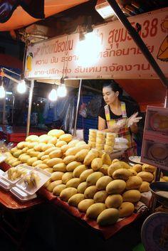 Mango Sticky Rice —–In the same street, just opposite the wanton noodle stall… – Street Food-Marktplatz ❍❍❍ – Home Recippe World Street Food, Asian Street Food, Places In Bangkok, Bangkok Shopping, Mango Sticky Rice, Thai Restaurant, Food Stall, Food Places, World Recipes