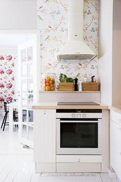 Tapetti ja tuunaus luovat tunnelman tamperelaiskotiin Wall Oven, Kitchen Decor, Kitchen Appliances, Popular, Home, Diy Kitchen Appliances, Home Appliances, Ad Home, Popular Pins