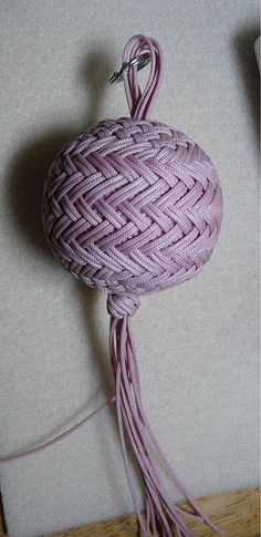 Sperical covering knot over a plastic golf ball - pattern on top and bottom - pattern around the middle (one of several I made in this pattern perfecting my changes to the original pattern and adding embellishing knots top and bottom). Rope Crafts, Diy And Crafts, Arts And Crafts, Rope Basket, Basket Weaving, Golf Ball Crafts, Knot Braid, Paracord Knots, Paracord Projects