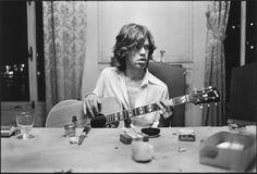 Mick Jagger guitare à table de Dominique Tarlé