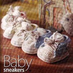 Adorables petites baskets pour bébé , trouvées sur le site de & Liveinternet.ru/users/olia2010 & , avec ses grilles gratuites .