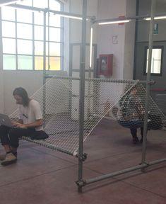 Interessante Sitzgelegenheit aus Teilen eines Baugerüstes und Netz. Interesting seat possibility from parts of a scaffolding and a fisherman net.