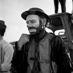 "Emmett Kelly as the clown figure ""Weary Willie"" Street Gallery of photos taken by the photographer Vivian Maier. One of multiple galleries on the official Vivian Maier website. Man Ray, Vivian Maier Fotos, Vivian Maier Street Photographer, Vivian Mayer, Erich Hartmann, Photo New York, Emmett Kelly, Le Clown, Robert Frank"