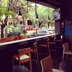 Mobiliario e iluminación de estilo urbano para restaurante WLB en la Colonia Condesa, México DF