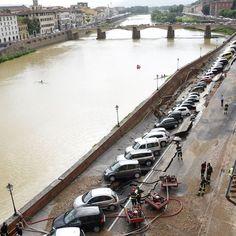L'area della voragine che si è aperta mercoledì mattina a Firenze sul Lungarno Torrigiani