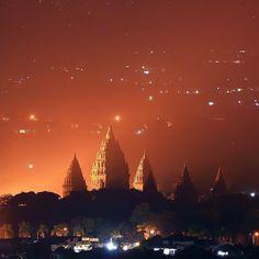 Kapan yo biso mrene.  pict by @roni_hendrawan12  Sweet Prambanan temple at night  Terima kasih partisipasinya, Tag & beri hashtag #Jogjaku for repost.