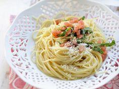 Pasta mit Tomaten und Parmesan ist ein Rezept mit frischen Zutaten aus der Kategorie Fruchtgemüse. Probieren Sie dieses und weitere Rezepte von EAT SMARTER!