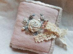 앤의 프랑스자수 핑크 니들케이스~♡ 오늘은 저와 제 자수를 무척 좋아해 주시는분께 선물로 드릴 니들케이... Embroidery Purse, Sewing Case, Needle Book, Bag Patterns To Sew, Coin Purse, Textiles, Stitch, Flower, Color