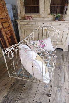 アンティーク アイアンベビーベッド(シャビーアイボリー) French antique baby bed