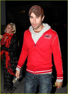 Enrique Iglesias and his Russian girlfriend, former tennis champ Anna Kournikova, go on a romantic date night out at B&B burger and beer joint on Sunday (January 10) in Miami, Fla.
