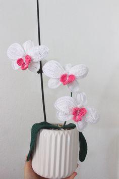 Her er en oversat opskrift på en Hæklet orkide. En smuk blomst som ikke visner eller behøver vand.