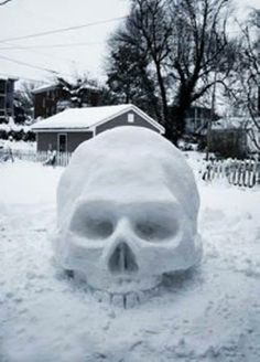 Skull Snow Sculpture Hahah would be fun to make :) with a santa hat hahah Memento Mori, La Danse Macabre, Bd Art, Snow Sculptures, Sculpture Ideas, Snow Art, Skull And Bones, Skull Art, Skull Decor