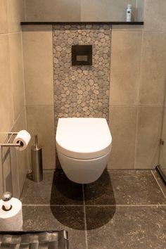 Landelijke badkamer met natuursteen look a like vloertegels met getrommelde randen, extra grote wandtegels in naturel tinten en prachtige bijpassende kiezel mozaïek