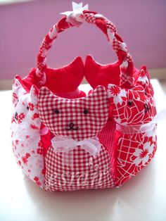 pattern for cat bag/basket? Cat Crafts, Crafts To Make, Sewing Crafts, Sewing Projects, Patchwork Bags, Quilted Bag, Designer Handbags On Sale, Cheap Designer, Cat Bag