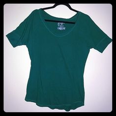 Green elbow sleeve length. Beautiful emerald color Beautiful color! Used in excellent condition. No Boundaries Tops