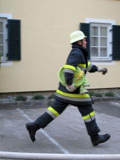 Der fliegende Feuerwehrmann. Sporty, Style, Fashion, Firefighter, Challenges, Swag, Moda, Fashion Styles, Fashion Illustrations