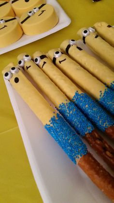 Minion Chocolate Pretzel Rods-these would be such a yummy quick snack! Chocolate Covered Pretzel Rods, Chocolate Dipped Pretzels, Chocolate Treats, Chocolate Party, Minion Treats, Minion Craft, Minion Cakes, Minion Birthday, Boy Birthday Parties