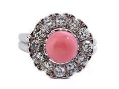 Ringweite: 56. Gewicht: ca. 6,5 g. Platin und WG 750. Um 1940. Klassischer Ring mit feiner Conch-Perle, im Durchmesser ca. 7,9 mm, mit einer Entourage von...