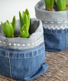 Recycling jeans and furnishing a house. Today, we have selected for you 20 ideas to furnish home recycling old jeans. Diy Jeans, Sewing Jeans, Jean Crafts, Denim Crafts, Fabric Crafts, Sewing Crafts, Sewing Projects, Craft Projects, Jean Diy
