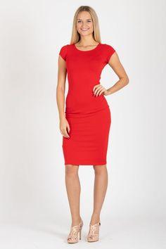 """800 Kč - """"Noste oblečení ve velikosti, kterou chcete nosit, ne, kterou musíte nosit. Jinak vás přestane bavit."""" Karl Lagerfeld Není nad rudé pouzdrovky, které podtrhnou Vaše křivky! Šatky jsou velmi příjemné a elastické. Vhodné jsou i na běžné nošení. My je nejvíce doporučujeme do kanceláře, na svatbu nebo večírek. Červenou rtěnkou doladíte celý outfit k dokonalosti. Materiál:  60% polyester, 36% bavlna, 4% elastan Údržba:  Šaty můžete prát v pračce na 30 stupňů."""