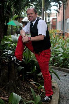 Opción de moda en este fin de semana para tu #MarcaPersonal:   Camisa: Tommy Hilfiger Pantalon: Chevignon Corbata: Domenico Correa: Chevignon Chaleco: Arturo Calle Tenis: Adidas  Fotografía profesional: Colectivo Fotográfico FotoLab Cali.  #PersonalBranding# outfitoftheday #outfitpost #outfits #fashionweek #fashionblog #fashionista #fashiondesign #personalshopper #businesstrip #business #businessowner #marketcoach #marketingpersonal #tshirts