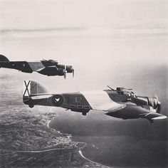 """SIAI S.79 della 10ª Squadriglia del XXVIII Gruppo """"Falchi delle Baleari"""" in volo su Tarragona nel dicembre 1937"""