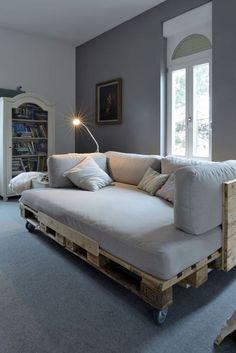 DIY canapé, avec des pallettes, un matelas, des coussins. Pour cacher le bois des palettes, il faudrait ajouter du tulle (ou autre tissu) comme je l'ai deja vu pour les sommiers de lits