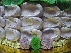 Detalle lateral de la tarta de violetas.
