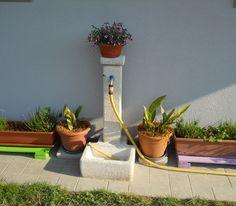 Fontana da giardino in ghiaia lavata, modello: quadrata 40, finitura: avorio. Località: Gemona del Friuli (Udine).