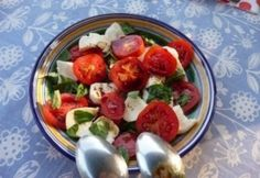 Mozzarellás paradicsomsaláta 3. - tökmagolajjal | NOSALTY Caprese Salad, Fruit Salad, Mozzarella, Potato Salad, Potatoes, Healthy Recipes, Healthy Food, Favorite Recipes, Chicken