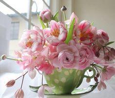 Verse bloemen op tafel is genieten