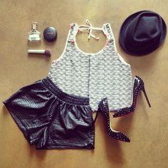 6902abd65b Coge ideas para poner a la venta tu ropa en chicfy. Look  shorts polipiel