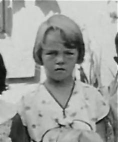 Norma Jean aka Marilyn Monroe in foster care. She was emotionally and sexually abused growing up. Marilyn Monroe Children, Young Marilyn Monroe, Marilyn Monroe Photos, Marylin Monroe, Divas, Familia Kennedy, Joe Dimaggio, Norma Jeane, Portrait
