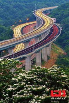 یکی از زیباترین بزرگراه های جهان در ژاپن که مسیرش از وسط جنگل میگذره ولی به صورت طبقاتی ساختنش تا درختان کمتری قطع بشن http://www.delta.ir
