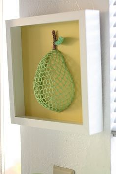 I must have lying such a metal pear in the garage Crochet Food, Crochet Kitchen, Crochet Yarn, Unique Crochet, Love Crochet, Kitchen Wall Art, Kitchen Decor, Handmade Crafts, Diy And Crafts
