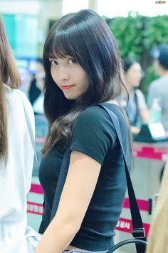 Best 11 Twice-Momo 180918 Gimpo Airport from Japan – SkillOfKing. Nayeon, Kpop Girl Groups, Kpop Girls, Korean Girl Groups, K Pop, Asian Woman, Asian Girl, Rapper, Sana Momo
