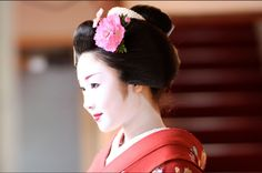 Katsuru as maiko wearing a very special kanzashi. The photo was taken in april, so maybe it's sakura? It looks more like peony though.
