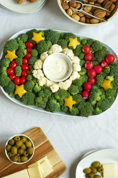Veggie Tray for the Holidays Keep holiday snacks healthy & festive with this joyful vegetable plate!Keep holiday snacks healthy & festive with this joyful vegetable plate! Christmas Snacks, Xmas Food, Christmas Appetizers, Christmas Cooking, Holiday Recipes, Healthy Christmas Treats, Holiday Parties, Winter Parties, Vegan Recipes