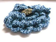 Modrá+s+knoflíkem+Háčkovaná+brož+ve+tvaru+kytky+dozdobená+fešáckým+knoflíkem.+Průměr+10+cm Crochet Necklace, Rings, Floral, Handmade, Accessories, Jewelry, Fashion, Moda, Hand Made