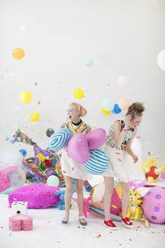 confetti & balloon fight via Bando Happy Birthday, It's Your Birthday, Girl Birthday, Birthday Parties, Festa Party, Diy Party, Party Ideas, Book 15 Anos, Partys